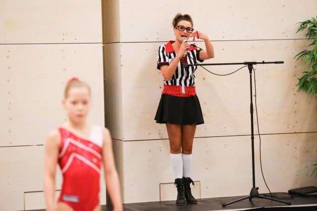 HuureenActeur actrice neemt het woord door de microfoon en leidt de mensen spreekt ze toe begeleidt ze